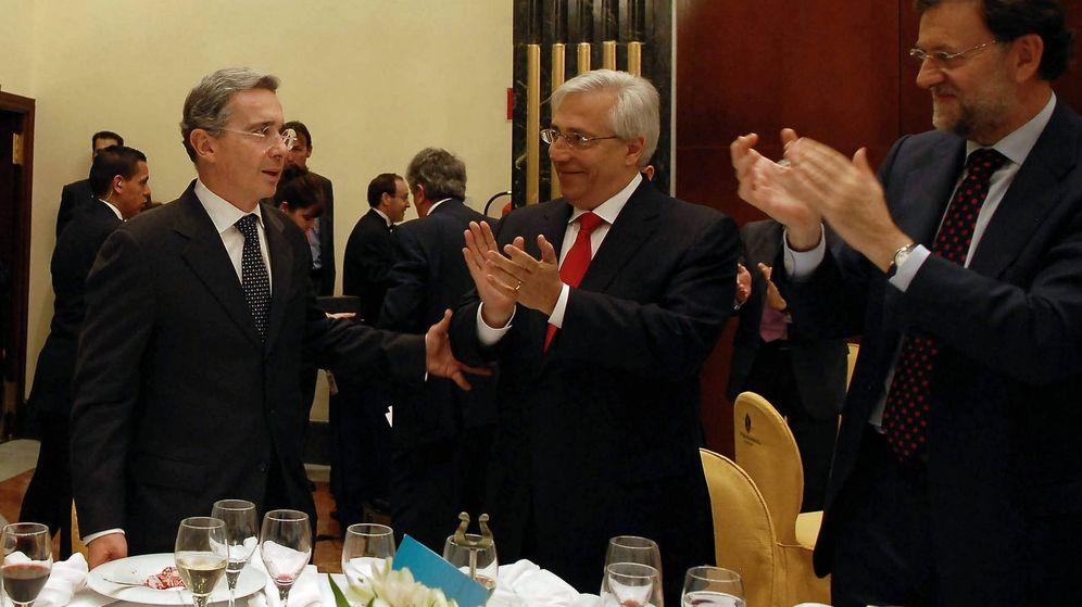 Foto: Julio Ariza, en el centro, en una imagen de archivo junto a Mariano Rajoy y Álvaro Uribe (EFE).