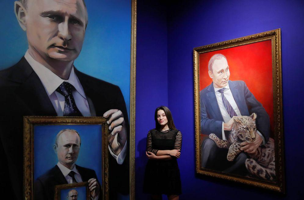 Foto: Yulia Dyuzheva, estudiante de 22 años y votante de Vladimir Putin, posa en la exposición SuperPutin, en Moscú. (Reuters)