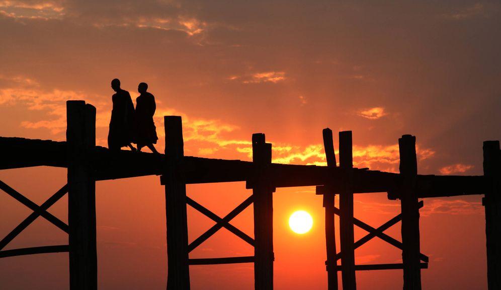 Foto: Monjes caminan por el puente de Amarapura, en Myanmar, el 21 de febrero de 2008. (Reuters)