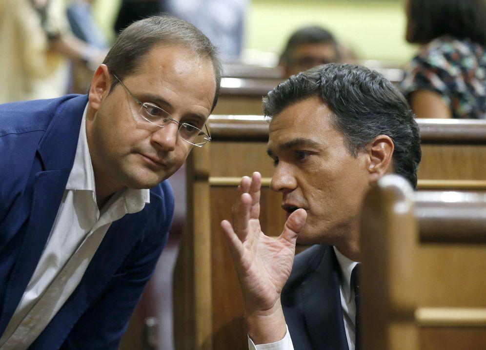 Foto: Pedro Sánchez charla con César Luena, el 2 de septiembre de 2016 en el Congreso. (EFE)