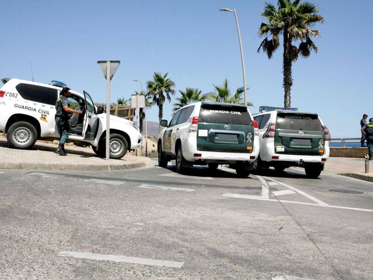 Foto: La Guardia Civil inspecciona la playa de las Horcas Coloradas, en Melilla