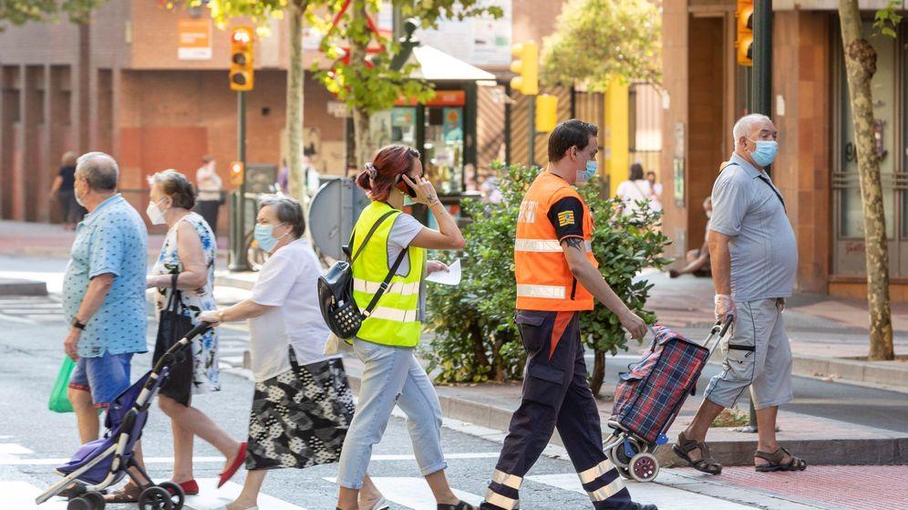 Foto: Seis equipos de dos personas son los encargados de realizar las visitas covid en Zaragoza. (EFE)