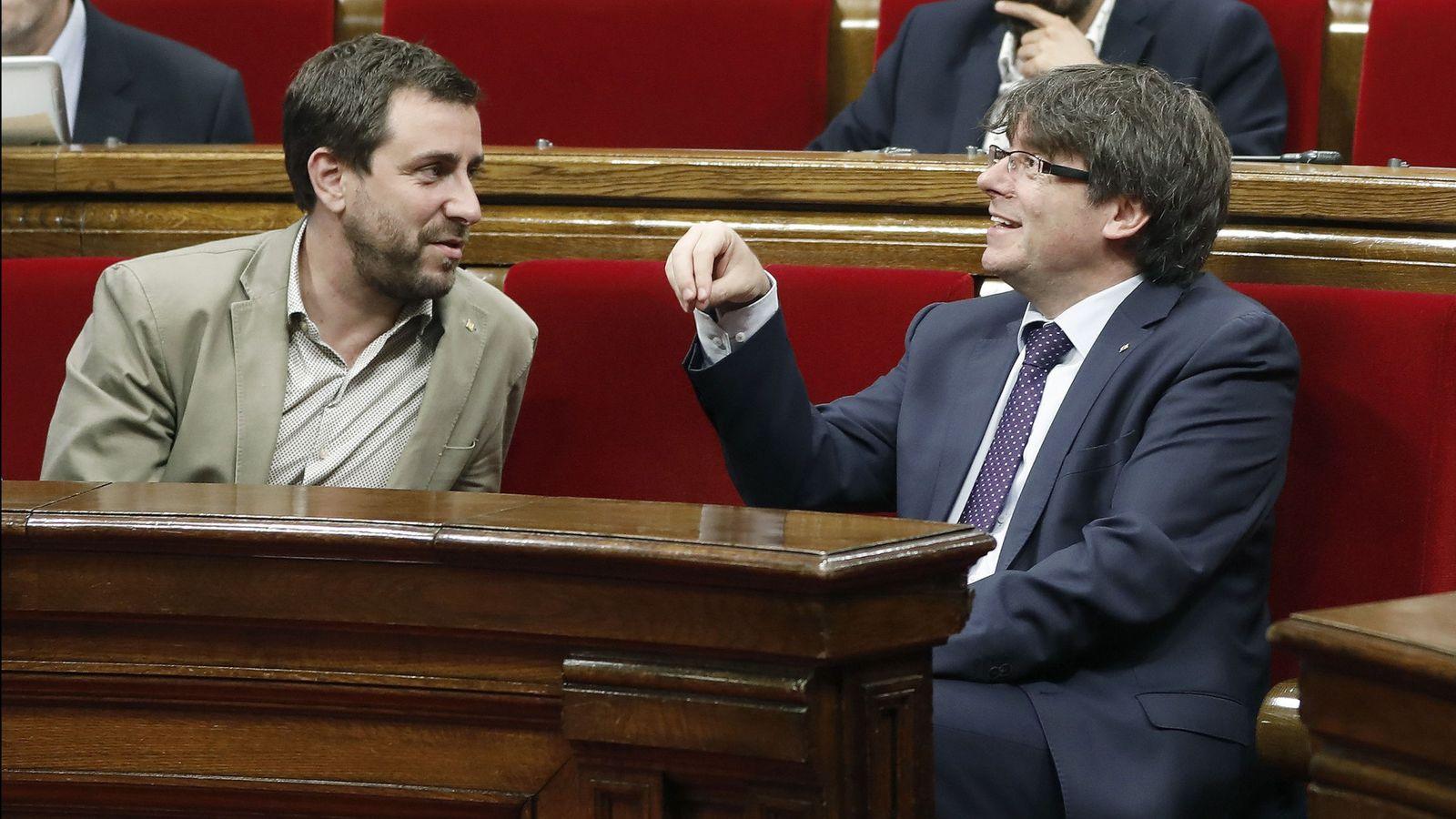 Foto: Toni Comín, junto a Carles Puigdemont en un pleno del Parlament antes de su huida a Bruselas. (EFE)