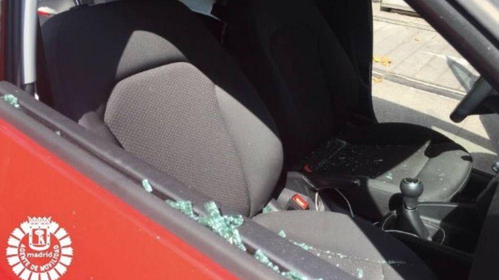 Foto: Imagen de la ventanilla fracturada para rescatar al menor. (Agentes de Movilidad de Madrid)