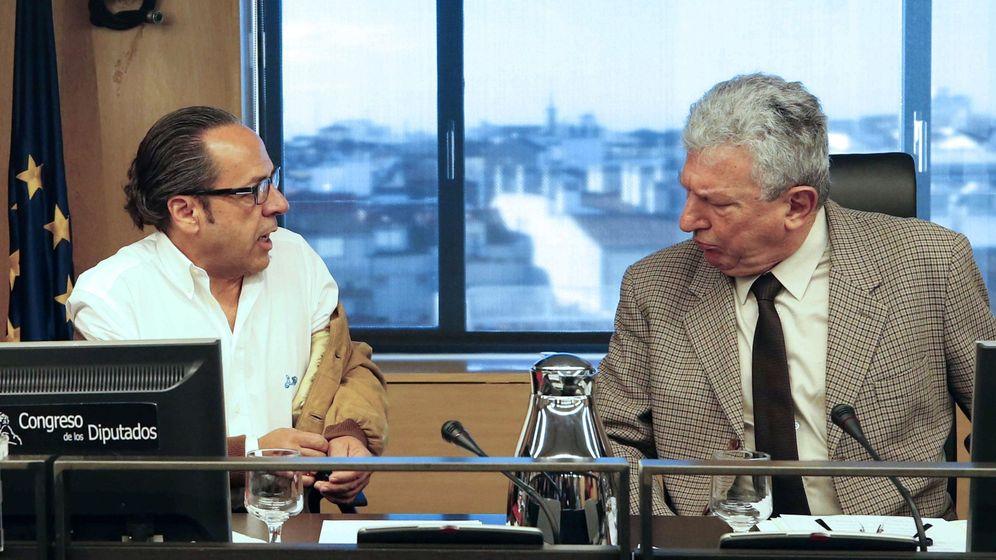 Foto: Álvaro Pérez, el bigotes, en la comisión sobre la financiación ilegal del PP, junto al diputado de Nueva Canarias, Pedro Quevedo. (EFE)