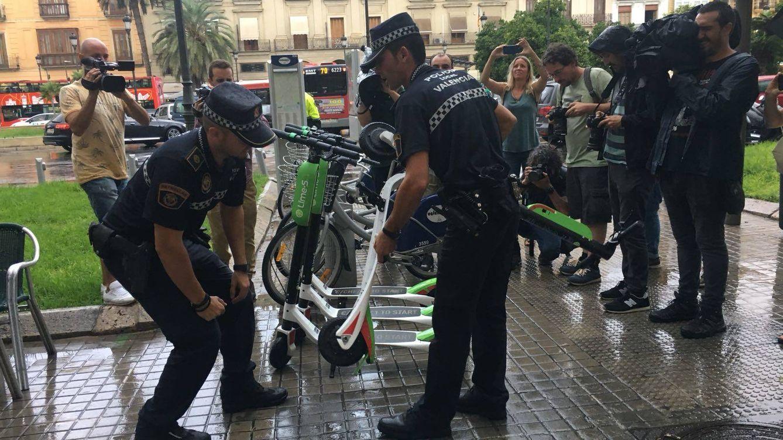 Foto: Agentes de la Policía Local retira patinetes de Lime en Valencia.