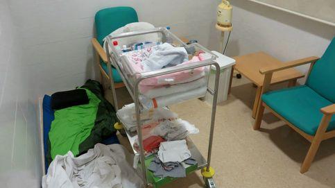 Un saco de dormir, y al suelo: las noches una madre en un hospital catalán