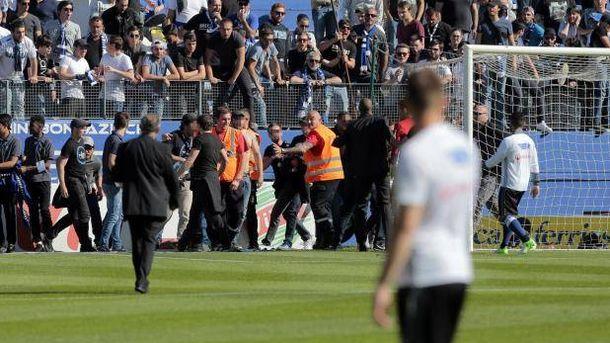 Foto: Momento en el que se intenta controlar la invasión de los ultras del Bastia. (Foto @OL_Plus)