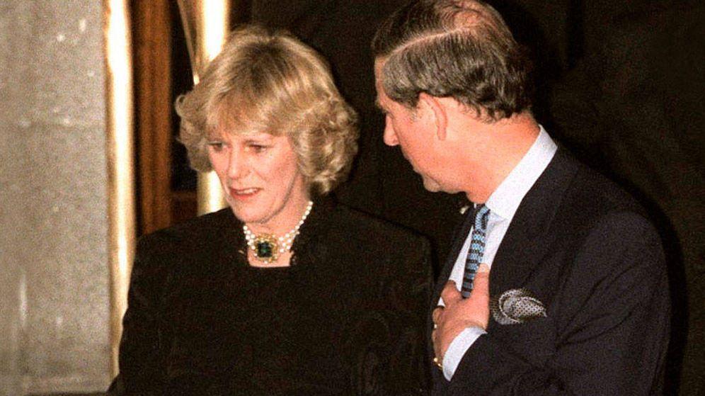 Foto: Camilla y Carlos, saliendo del Ritz londinense, hace 20 años. (Getty)