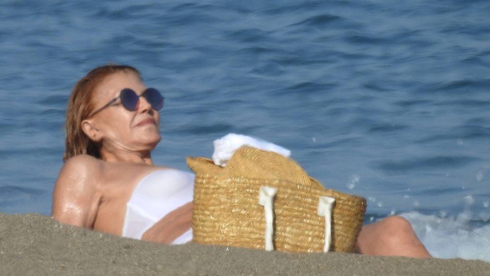 Pillamos a la baronesa Thyssen en bikini en Marbella (y a pie de playa)