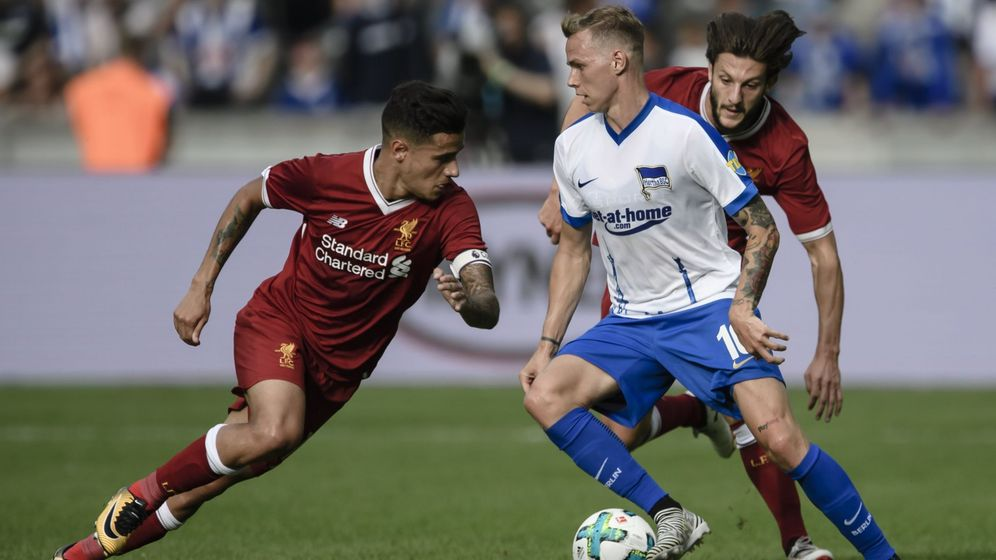 Foto: Coutinho, a la izquierda, durante un amistoso con el Liverpool. (EFE)