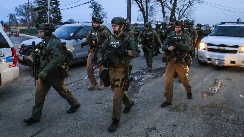 Foto: Agentes armados acuden al edificio Henry Pratt en Aurora (Illinois), donde ha tenido lugar el tiroteo. (EFE)
