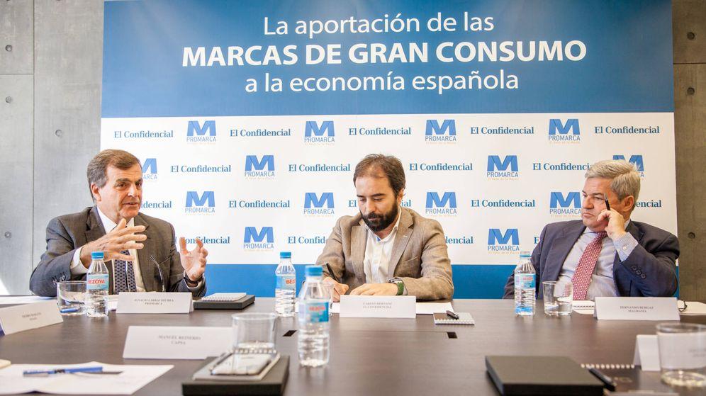 Foto: Ignacio Larracoechea (i), presidente de Promarca, Carlos Hernánz (c), adjunto al director de El Confidencial, y Fernando Burgaz, director general de la Industria Alimentaria. (J. Á. Manzano)