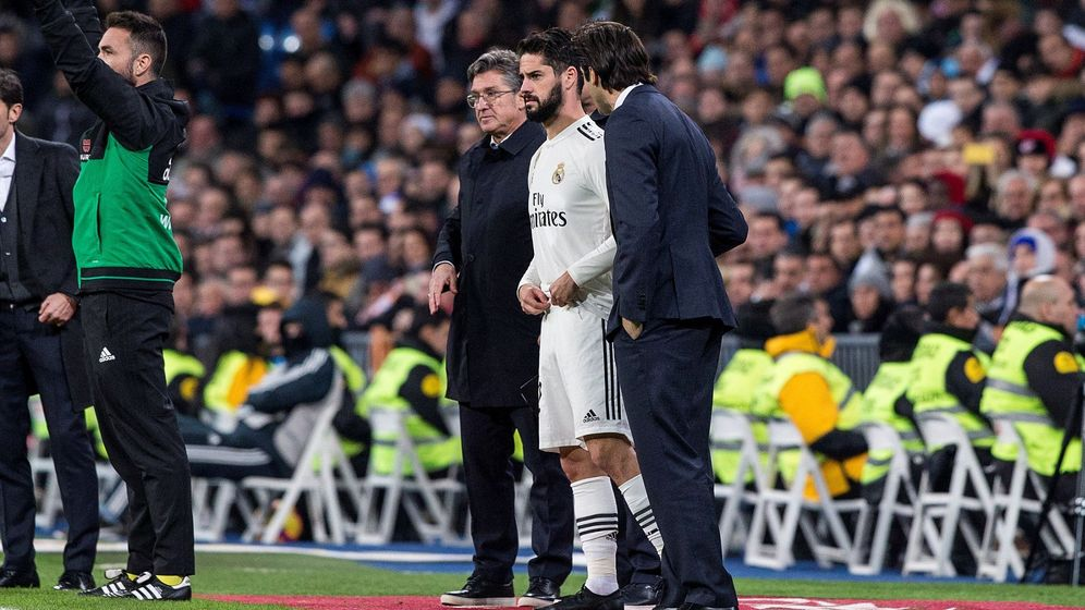 Foto: Solari, en el momento de dar instrucciones a Isco en el partido contra el Valencia. (EFE)