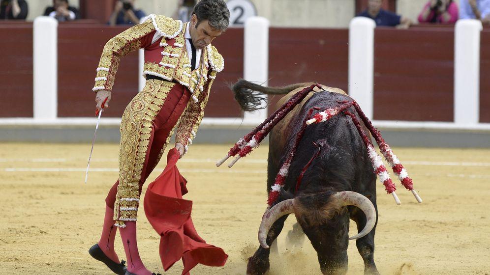 Foto: El diestro José Tomás da un pase de muleta durante el homenaje a Víctor Barrio. (EFE)