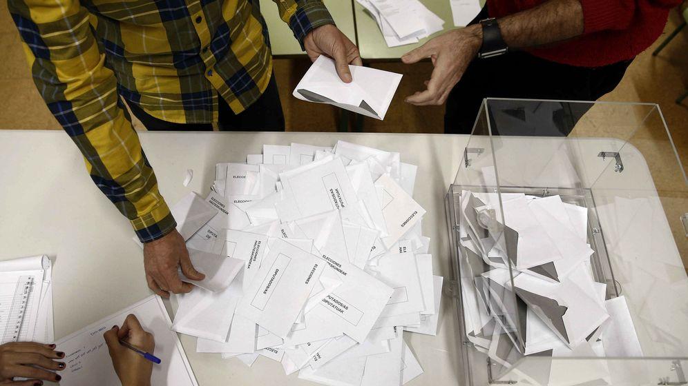 Foto: Imagen de archivo ecuento de votos durante unas elecciones autonómicas (EFE)