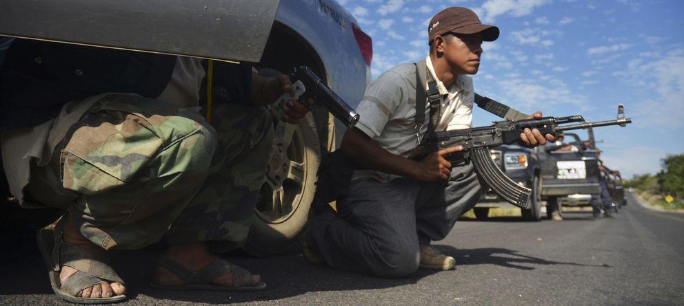 Foto: Miembros de las autodefensas de Michoacán se preparan para contener una emboscada en Tierra Caliente. (Reuters)
