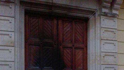 Queman la puerta del Ayuntamiento de L'Hospitalet de Llobregat por la noche