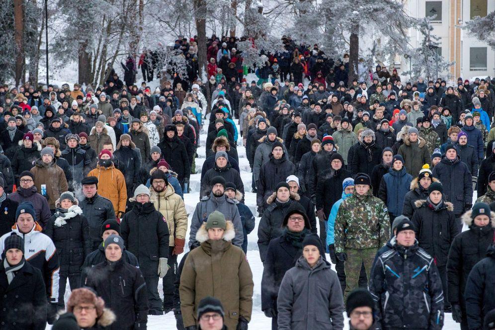 Foto: 609 voluntarios hacen una guardia de honor en las tumbas de los soldados, en Rovaniemi, Finlandia. (EFE