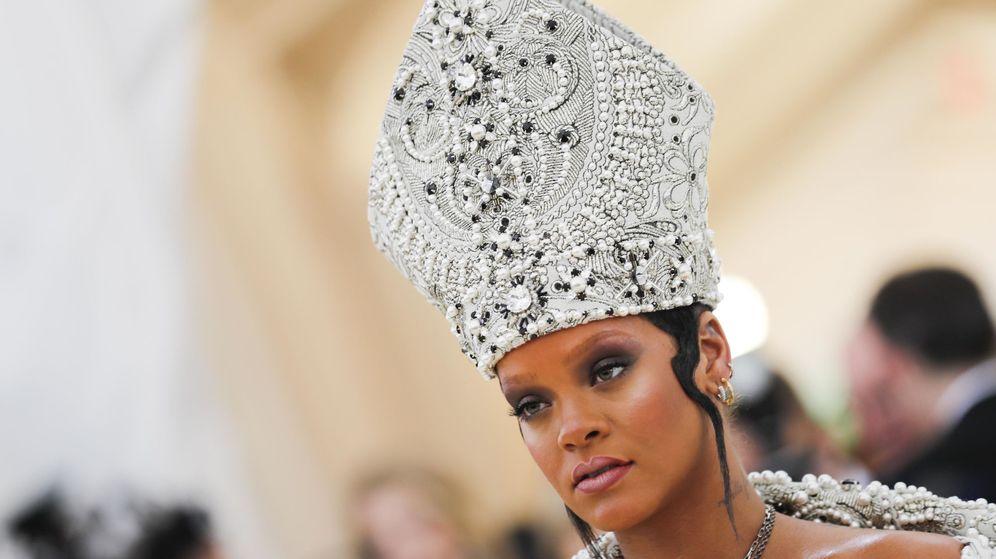 Foto: Con riquísima mitra de pedrería. Así tocó Rihanna su cabeza: con un diseño obra de Galliano. (Imagen: Reuters)