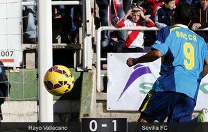 Un error de principiantes del Rayo da demasiado premio al Sevilla