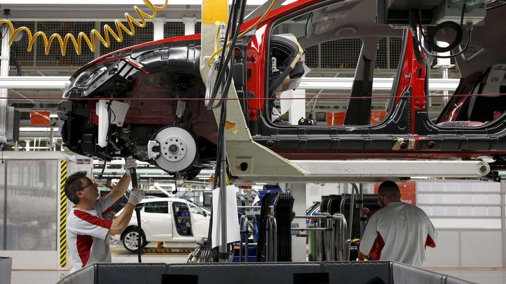 Foto: Un trabajador de la factoría de Seat en Martorell. (Reuters)