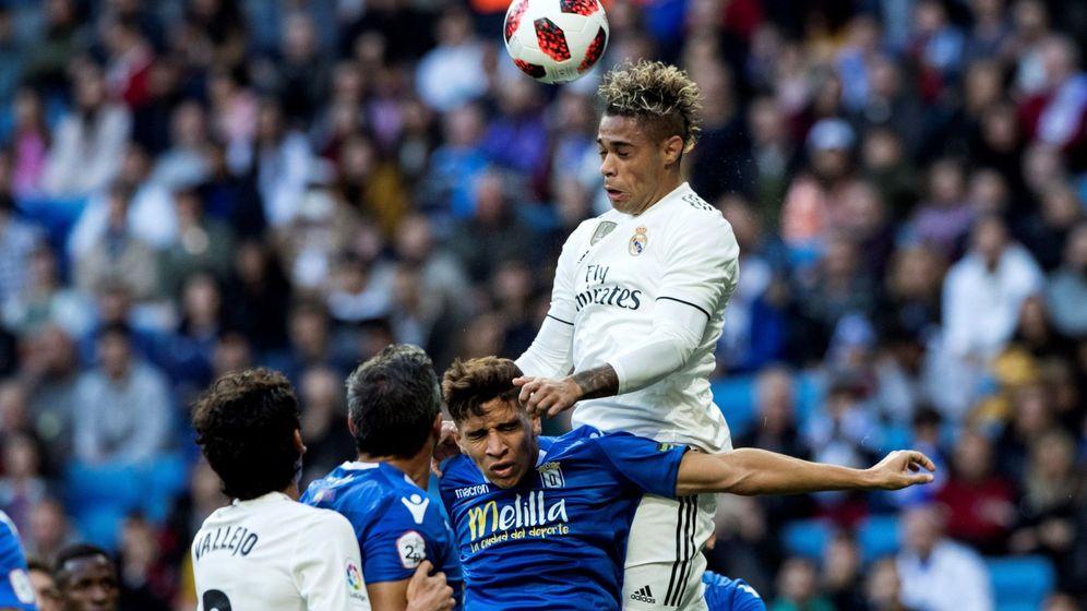 Foto: Mariano pelea por un balón contra el Meilla. (EFE)