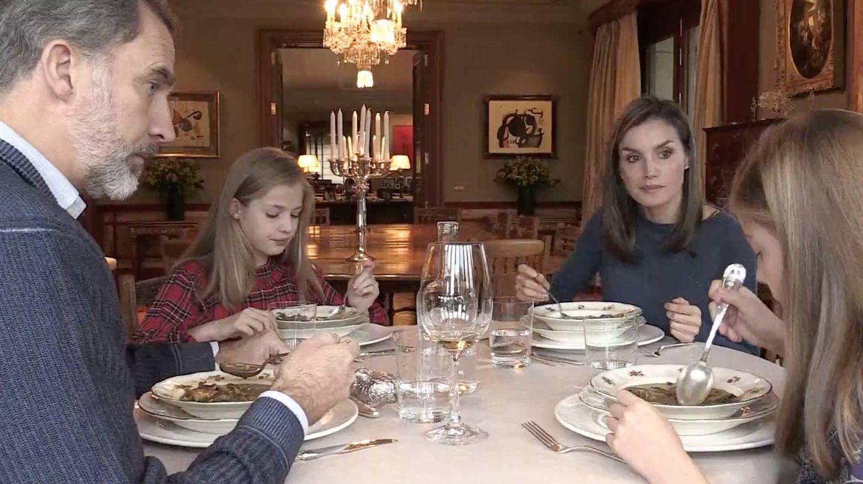 La familia real durante el almuerzo. (Casa Real)