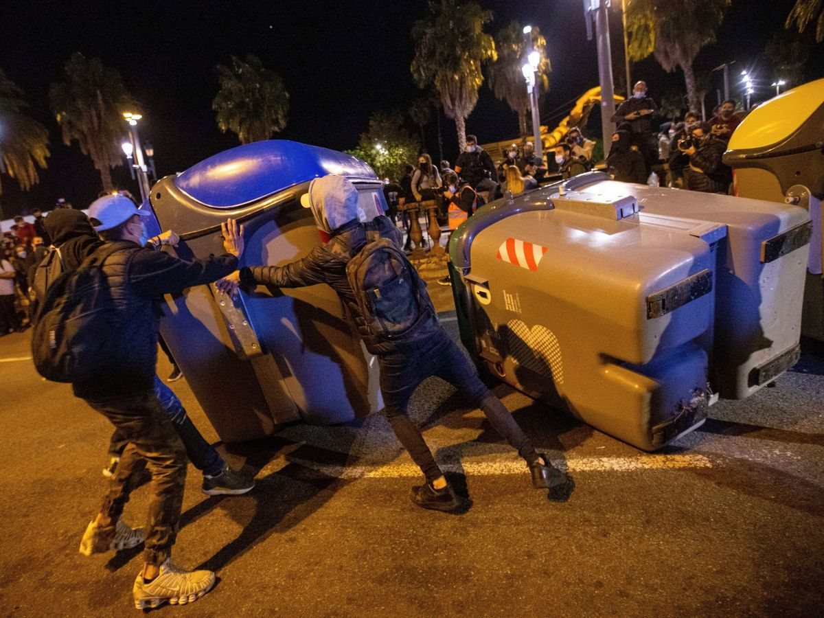 Foto: Disturbios en Barcelona durante las concentraciones convocadas por los CDR, en el aniversario de las condenas de prisión a los principales lideres del movimiento independentisa. (EFE)