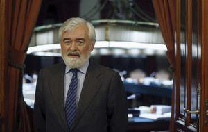 La RAE apuesta por la era digital y elige a Villanueva como director