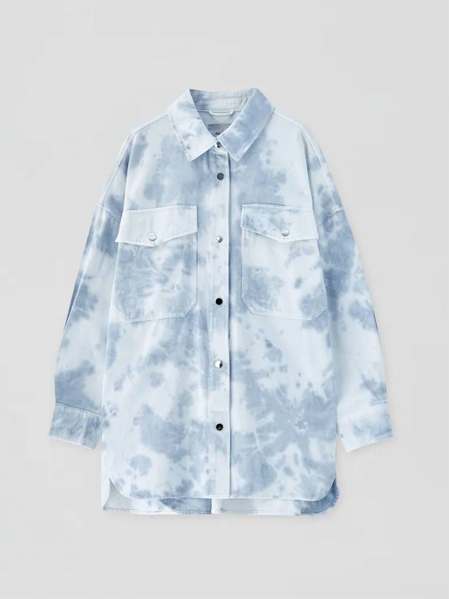 Sobrecamisa tie-dye de Pull and Bear en azul. (Cortesía)