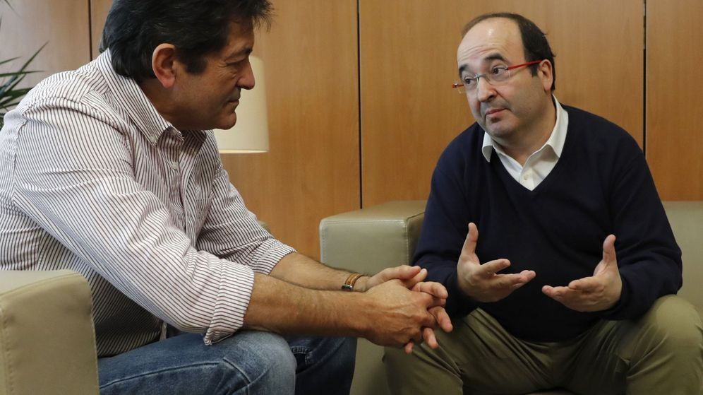 Foto: El presidente de la gestora del PSOE, Javier Fernández, y el primer secretario del PSC, Miquel Iceta, el pasado 14 de noviembre en Ferraz. (EFE)