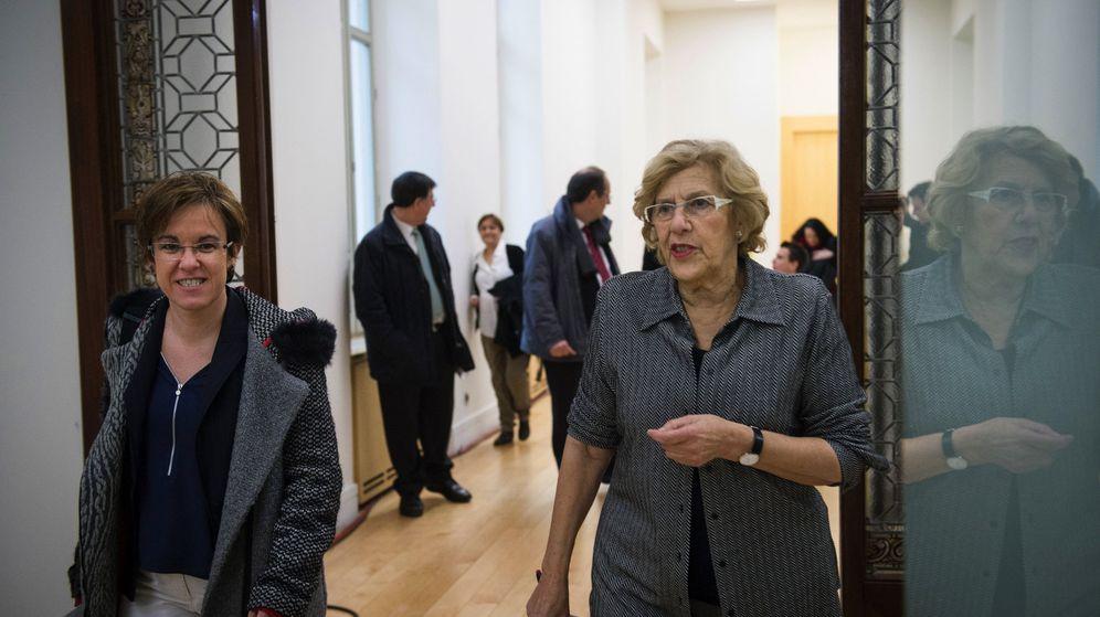 Foto: La alcaldesa Manuela Carmena y la portavoz socialista Purificación Causapié antes de ofrecer su primera rueda de prensa conjunta el pasado mes de febrero. (EFE)