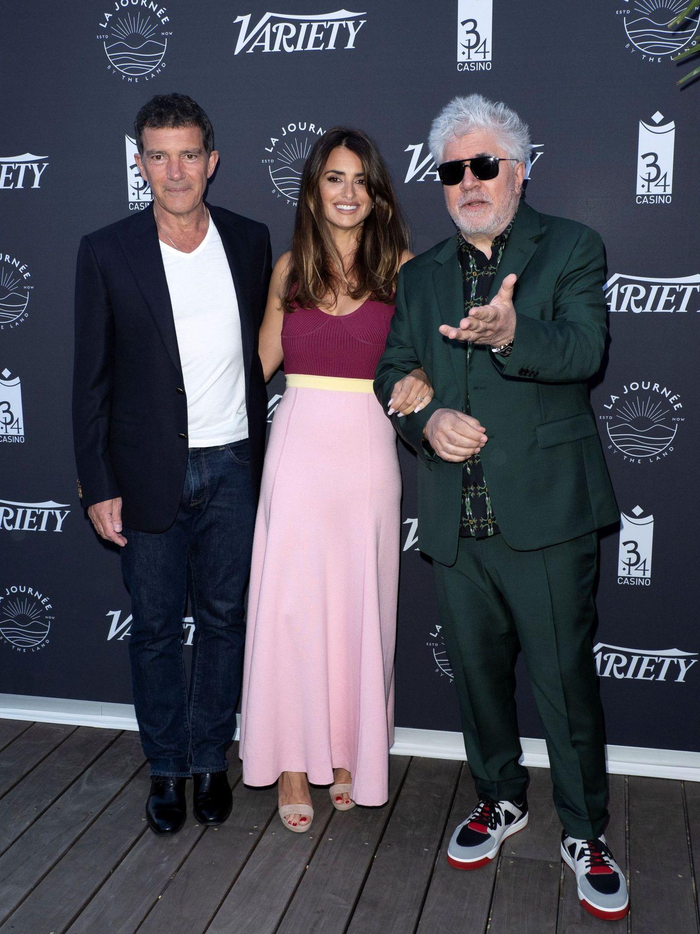 Antonio Banderas, Penélope Cruz y Pedro Almodóvar posan sonrientes en el Festival de Cine de Cannes. (EFE)