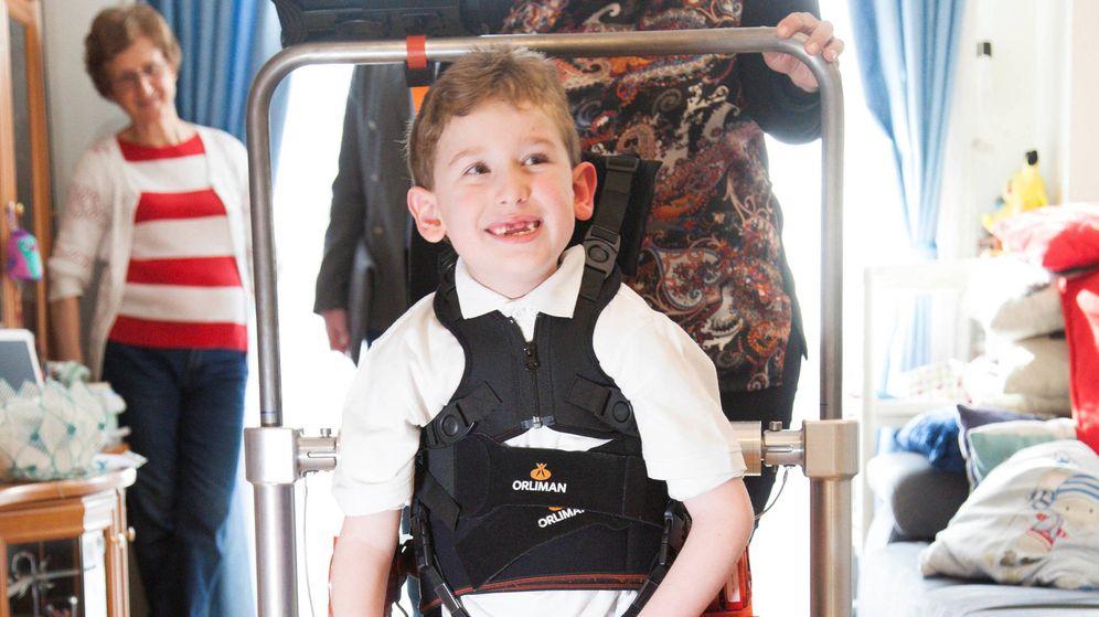 Foto: Álvaro, de siete años, es uno de los chicos que ha probado el exoesqueleto (FMM)