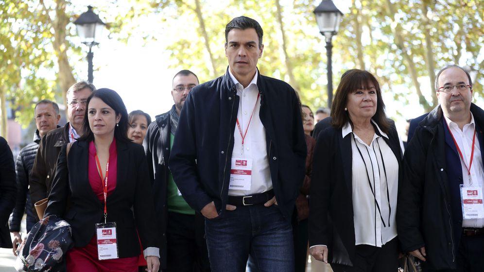 Foto: Pedro Sánchez, con Adriana Lastra, Cristina Narbona, Miquel Iceta y barones del PSOE, el pasado 11 de noviembre. (EFE)