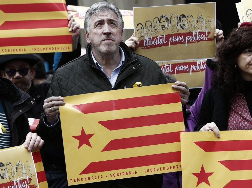 Foto: Asiron con una estelada en una concentración de apoyo a los políticos catalanes presos. (EFE)