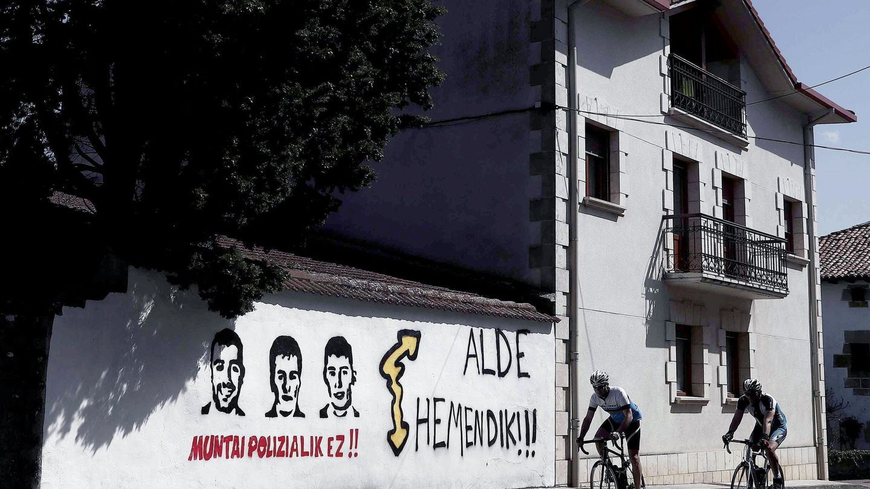Pintadas en apoyo a los ocho jóvenes acusados de agredir a dos guardias civiles en Alsasua. (EFE)