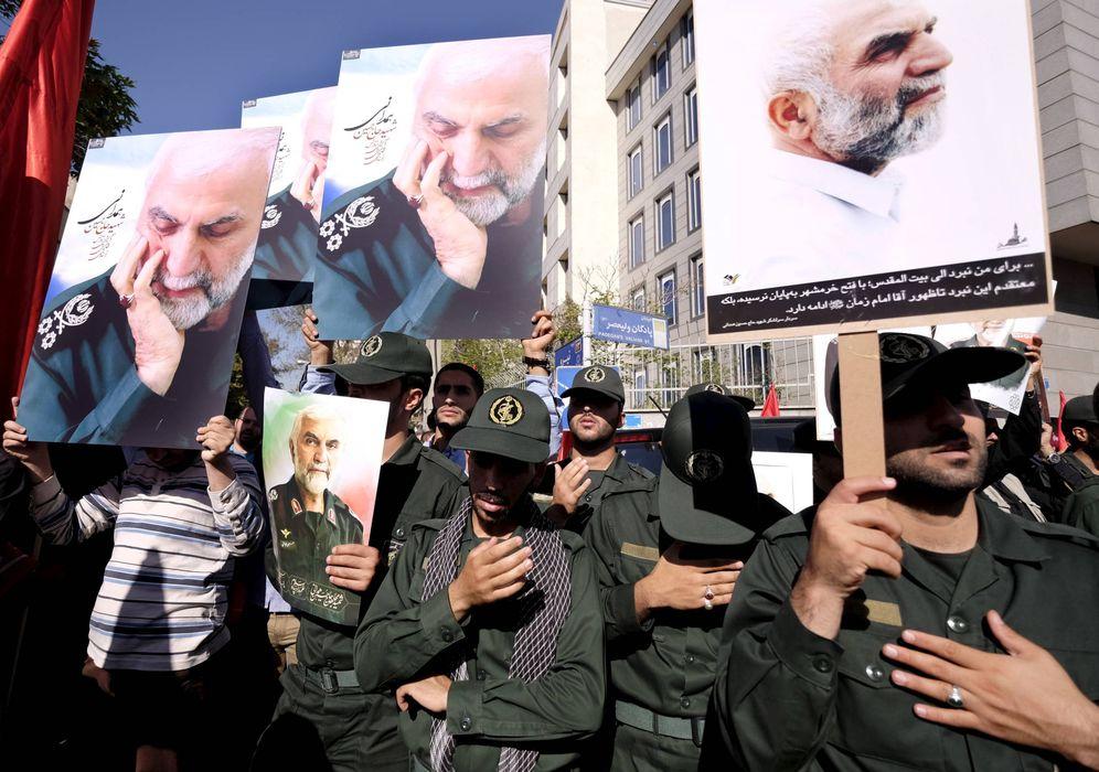 Foto: Miembros de la Guardia Revolucionaria sostienen fotos del general Hossein Hamedani, muerto cerca de Alepo, durante su funeral en Teherán en octubre de 2015. (Reuters)