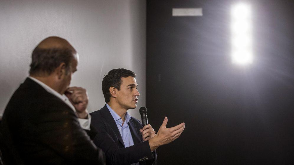Foto: El secretario general del PSOE y candidato el 20-D, Pedro Sánchez, junto al presidente de la Academia de Cine, Antonio Resines, este 13 de noviembre. (EFE)