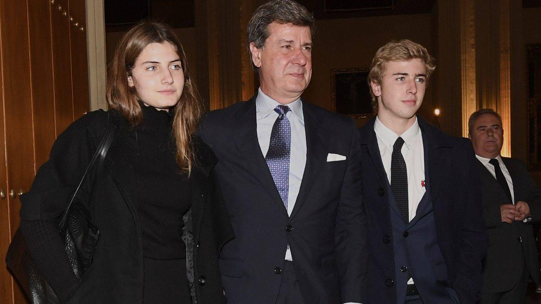 Amina, Cayetano y Luis Martínez de Irujo, en el funeral por la duquesa de Alba. (Cordon Press)