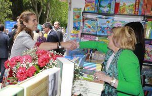 La infanta Elena inaugura una Feria del Libro sin polémicas