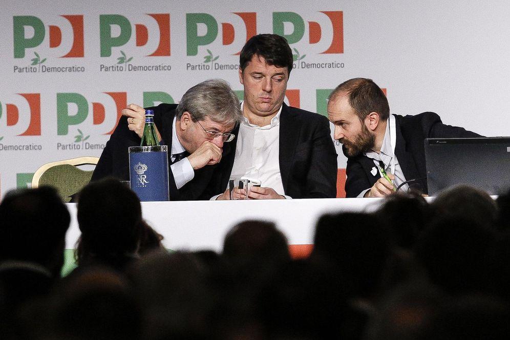 Foto: Renzi entre Paolo Gentiloni y el presidente del PD, Matteo Orfini, durante la asamblea del partido, en Roma (Efe).