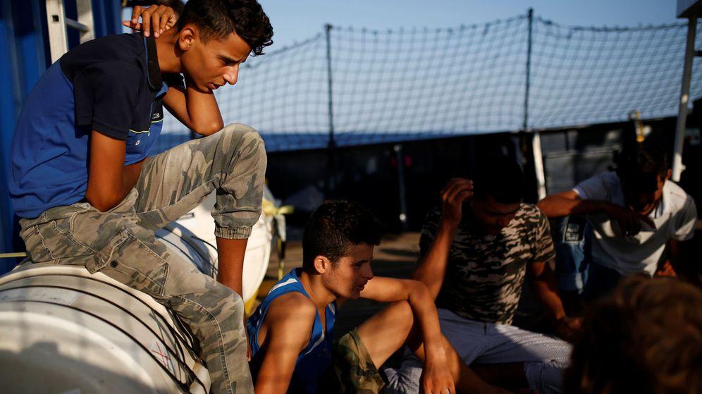 Foto: Inmigrantes tunecinos en aguas maltesas. (Reuters)