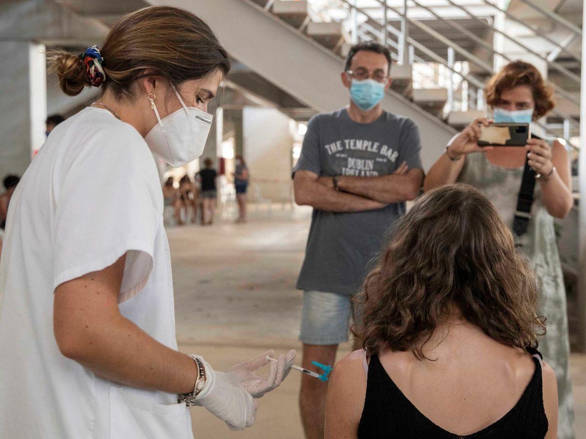Foto: Vacunación a jóvenes en Murcia. (EFE)
