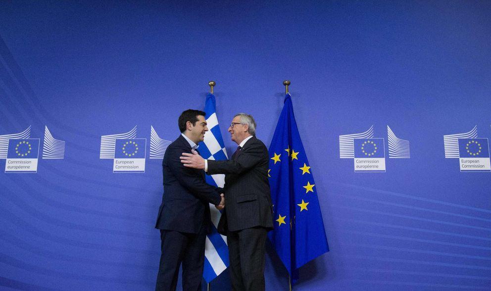 Foto: El presidente de la Comisión Europea, Jean-Claude Juncker, da la bienvenida al nuevo primer ministro griego, Alexis Tsipras, en Bruselas el 4 de febrero (Reuters).