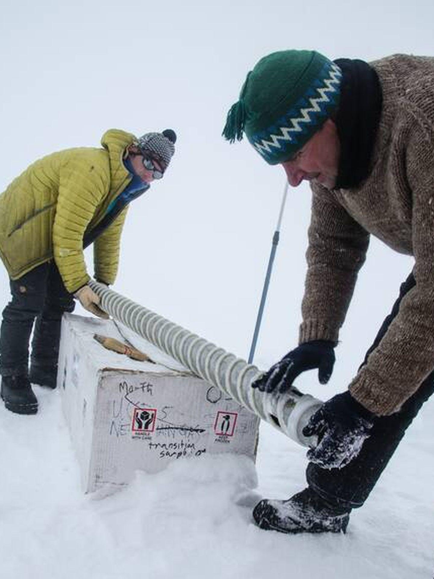 Los investigadores preparando las herramientas para extraer las muestras de hielo centenario. Foto: Sarah Das/Woods Hole Oceanographic Institution