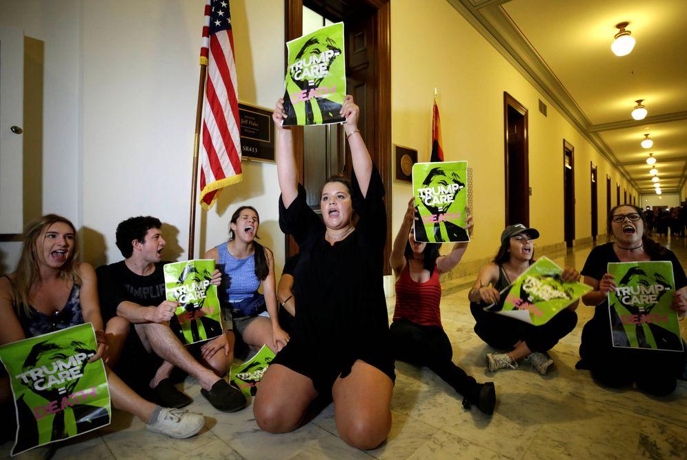 Foto: Activistas protestan contra los planes sanitarios del Partido Republicano en el edificio Russell, en Capitol Hill, Washington. (Reuters)