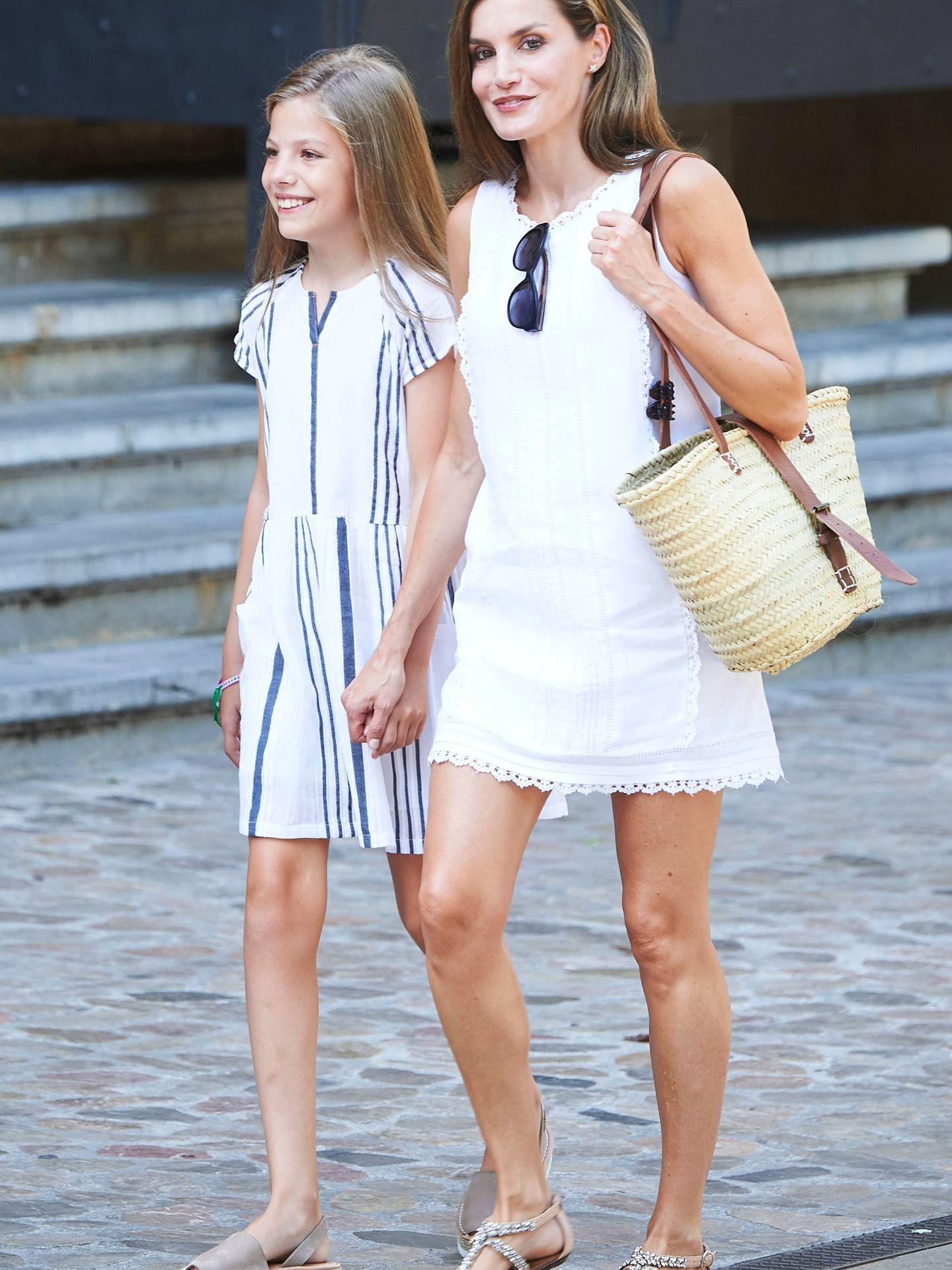 La reina Letizia, paseando por las calles de Mallorca el verano pasado justo a su hija, la princesa Sofía. (Limited Pictures)