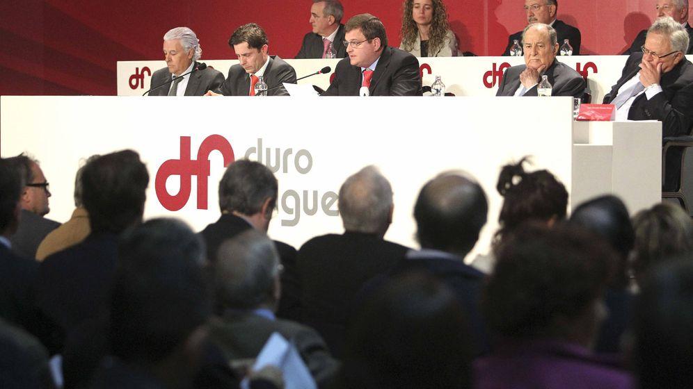 Foto: El presidente de Duro Felguera, en el centro, durante su intervención en la Junta General de Accionistas de la compañía celebrada el 17 de mayo de 2012 en Oviedo. (EFE)
